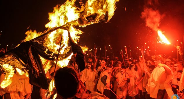 The Associated Press raves about the Lampadifories and the Naxos Carnival